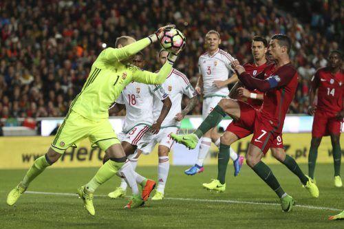 Wiedersehen heute in Budapest: Ungarns Torhüter Peter Gulacsi und der portugiesische Superstar Ronaldo.
