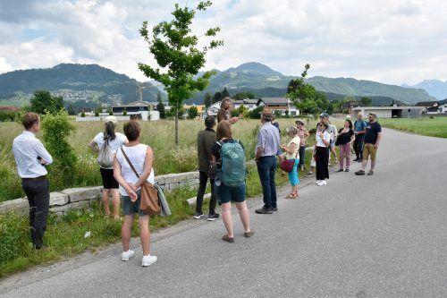 Zahlreiche Teilnehmer informierten sich bei einem Spaziergang durch Rankweil über Pflanzung und Pflege von Wildhecken.Marktgemeinde