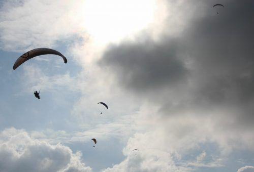 Zu einem ungewöhnlichen Unfall mit Fallschirmspringern kam es am Donnerstag am Himmel über Dornbirn.SYMBOL/VOL