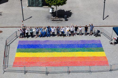 """Zur Halbzeit des """"Pride Month"""" wurde mit dem Aufmalen des rund 80 Quadratmeter großen Regenbogens in Feldkirch ein Zeichen für eine offene, solidarische und tolerante Gesellschaft gesetzt. Nadine Jochum"""