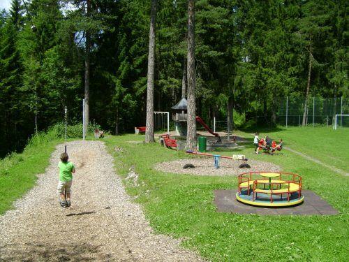 Abenteuer mitten in der wunderschönen Natur bietet der Spielplatz Unterrifatz in Außerbraz.Stadt Bludenz