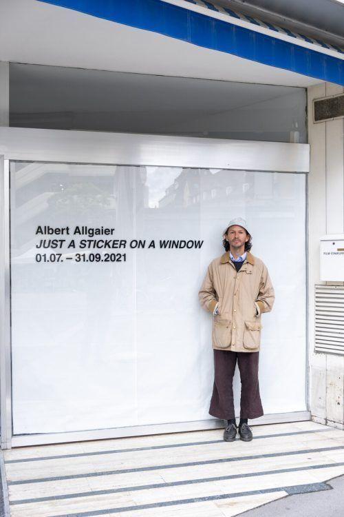 Albert Allgaier vor dem Schaufenster des ehemaligen Foto-Murer-Geschäfts.