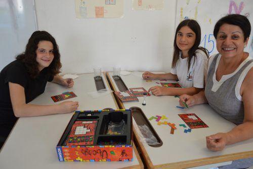 An drei Nachmittagen hat das Caritas-Lerncafé in Nenzing geöffnet. Nach dem Lernen spielen die Freiwilligen mit den Schülern Spiele. EM