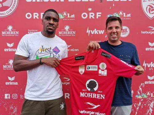 Andreas Genser vom FC Dornbirn freut sich, dass mit Yann Kasai das Team nun komplett und damit für die neue Saison in der zweiten Liga bereit ist.cth