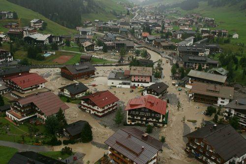 Aus der Luft zeigte sich das ganze Ausmaß der Katastrophe, die den Tourismusort heimsuchte. vn/hartinger