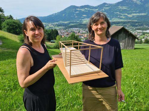 Daniela Viktoria Jochum (l.) und Isabella Marte entwickelten zusammen den Kultursteg. VN/JUN