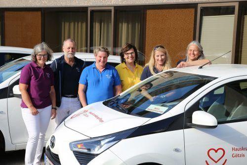 Das Pflegeteam rund um Leiterin Juliane Moser (2.v.r.) freut sich über den neuen fahrbaren Untersatz. Uysal