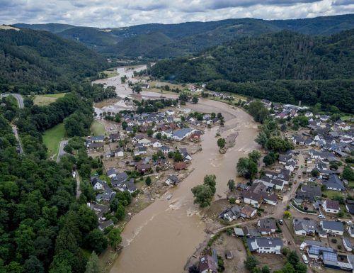 Dauerregen hat im Westen Deutschlands Flüsse und Bäche in reißende Fluten verwandelt. Dutzende Menschen starben. Die Lage bleibt extrem angespannt. Reuters, AFP