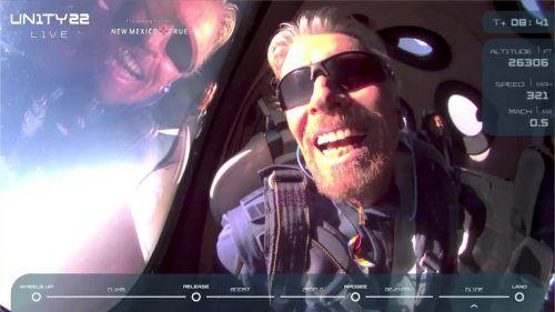 Der britische Milliardär RichardBranson gratulierte noch im Landeanflug seiner Firma und nannte die Erfahrung wunderschön.