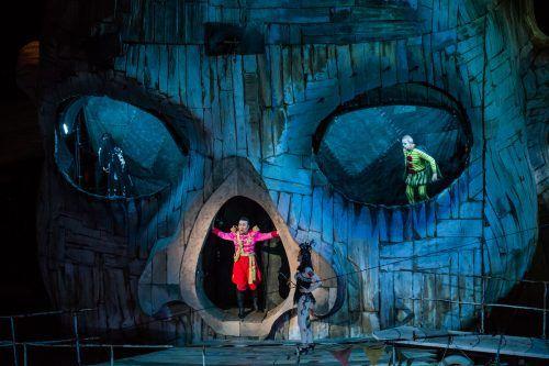 """Der Clownskopf in """"Rigoletto"""" auf der Seebühne hat die verlängerte Wartezeit bestens überstanden und beweist seine Kraft als Figur und Bühne."""
