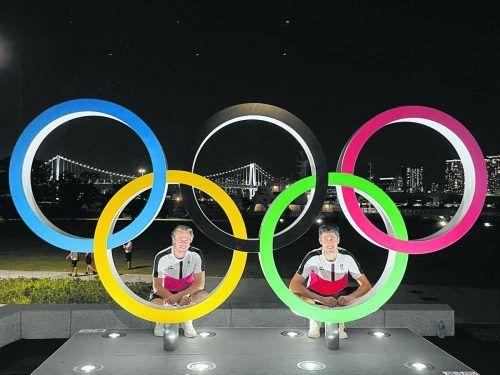 Der Dornbirner Philipp Oswald (r.) und sein Grazer Doppelpartner Oliver Marach mit den olympischen Ringen und der bekannten Regenbogenbrücke im Hintergrund.