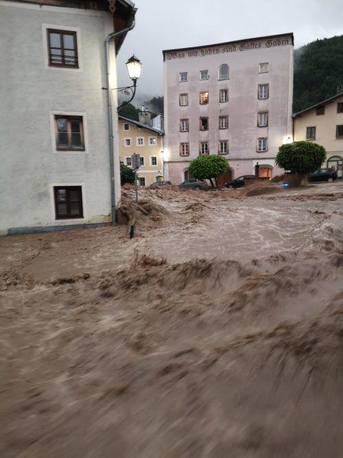 Der Kothbach kam innerhalb von Minuten in die Altstadt. APA/FF Hallein