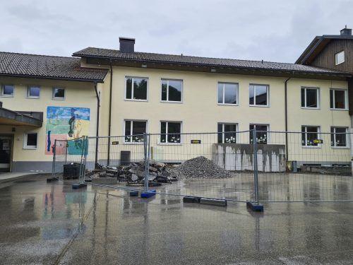 Die Arbeiten an der Sanierung der Volksschule sowie der Neubau des Kindergartens in Tschgguns biegen allmählich auf die Zielgerade.VN/JUN