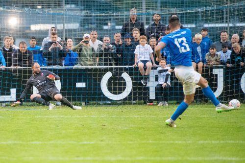 Die Entscheidung: Christoph Kobleder trifft für den FC Lustenau den entscheidenden Elfmeter gegen FC-Egg-Goalie Fabian Fetz und sorgt damit für den blau-weißen Triumph im VFV-Cupfinale. lerch