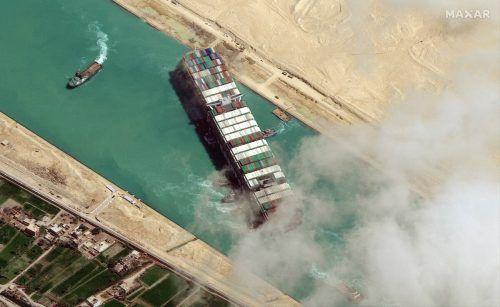 Die Kanalbehörde beschlagnahmte das Schiff nach der Freilegung. Seitdem liegt es am Großen Bittersee, der den nördlichen vom südlichen Teil des Suezkanals trennt. AFP