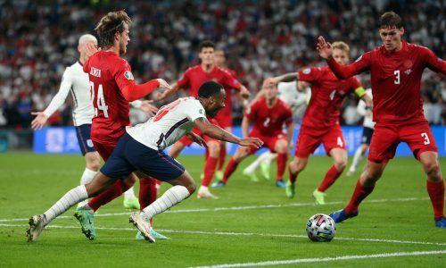 Die Szene der Entscheidung zwischen England und Dänemark: Raheem Sterling geht zu Boden und Schiedsrichter Danny Makkelie (Ned) verhängt einen fragwürdigen Elfmeter.apa