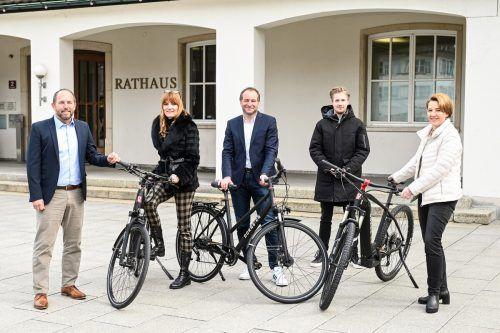 Die Verantwortlichen mit den Leihfahrrädern, die seit Ende Mai zur Verfügung stehen.Stadt