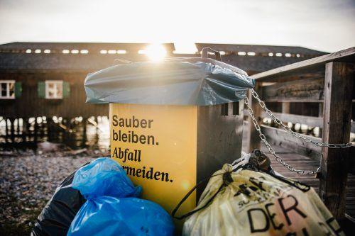 Ein Ärgernis war der Müll: Die Stadt ließ Bodenmarkierungen anbringen und mehr Tonnen aufstellen. VN/Sams