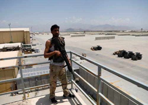 Ein afghanischer Soldat steht im Stützpunkt Bagram Wache. reuters