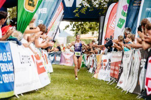 Eine Weltklasseathletin ohne Starallüren: 2012-Olympiasiegerin Nicola Spirig nahm beim Zieleinlauf die Glückwünsche der Fans entgegegen. VN/Sams