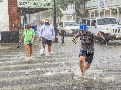 Fußgänger kämpfen sich in Key West durch Wind und Regen, ausgelöst durch Hurrikan Elsa, der auf Floridas Westküste zusteuert. AFP