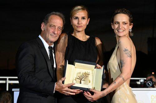 Gewinnerin Julia Ducournau mit Akteuren Vincent Lindon und Agathe Rousselle. afp