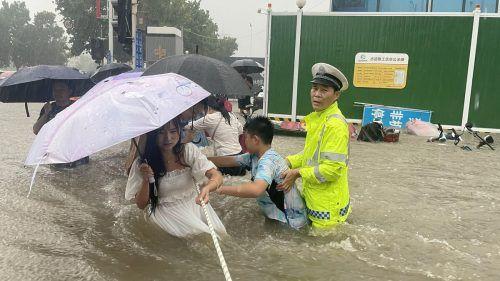 In der Neun-Millionen-Metropole Zhengzhou verwandelten sich mehrspurige Straßen in Flüsse. Menschen mussten gerettet werden. Reuters/China Daily