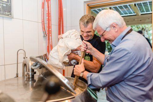 Josef Wasner (Brauerei Fohrenburg) und Johann Kessler (Panüler Bräu) beim Einmaischen.Bröll