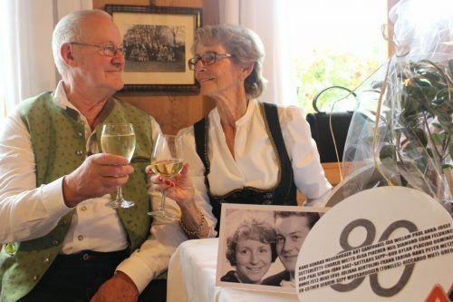 Jubilar Sattlars Sepp ist seit mehr als 58 Jahren mit Waltraud verheiratet und durfte sich mit ihr über viele Gratulanten bei seiner 80er-Fise freuen.stp/4