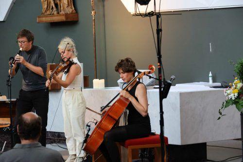 Julia Lacherstorfer und Sophie Abraham zogen das Publikum in ihren Bann. Bei der letzten Zugabe mischte auch Klangregisseur Lukas Froschauer mit. Meusburger