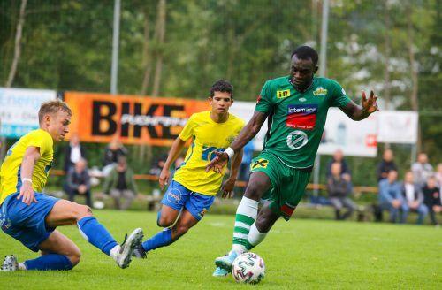 Lauterach (im Bild Mittelfeldspieler Sani Musah) will in den Hofsteigderbys weiter ohne Niederlage bleiben.vn-hartinger