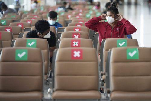 Passagiere halten sich am Flughafen Suvarnabhumi in Bangkok, Thailand, an die geltenden Masken- und Abstandsregeln. AP