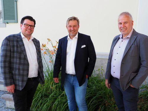 Raiba-Vorstand Stefan Vetter, GF Karl Zimmermann (Zimcon Immobilien GmbH) und Bürgermeister Thomas Lampert bei der Büroeröffnung. Juen