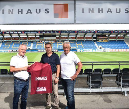 SCRA-Vizepräsident freut sich mit Ehrenmitglied Josef Lässer (r.) und Inhaus-Geschäftsführer Robert Küng.SCRA