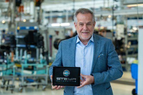 """Siegfried Wolf mit Logo: Die Firma wird """"Steyr Automotive"""" heißen. apa"""