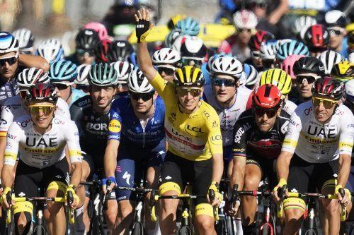Tadej Pogacar kürte sich zum jüngsten Zweifach-Champion in der Tour-de-France- Geschichte und holte zudem das Bergtrikot sowie das Weiße Trikot des besten Jungprofis.AFP