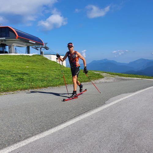 Über fünf Kilometer, bis zu 15 Prozent steil, ging es für Daniel Zugg auf Rollen hinauf auf die Waidringer Steinplatte. Links beim Berglauftraining.VN/2
