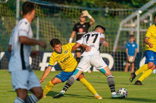 VfB-Spieler Özkan Demir (links) kann den Bregenzer Seyfettin Sinan Akdeniz nicht stoppen.VN/Stiplovsek