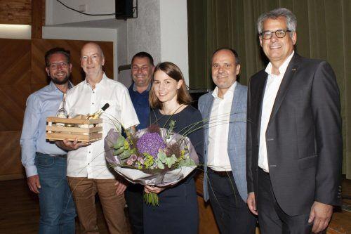 Während sich Karlheinz Worsch (2.v.l.) in die Pension verabschiedet, übernimmt Fabiola Morscher ab August die Leitung der St. Jakob Apotheke in Bludesch.Gemeinde