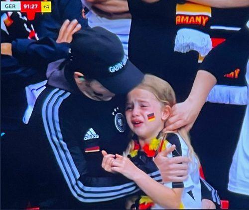 Wegen des weinenden deutschen Mädchens wurde eine Kampagne gestartet.Twitter