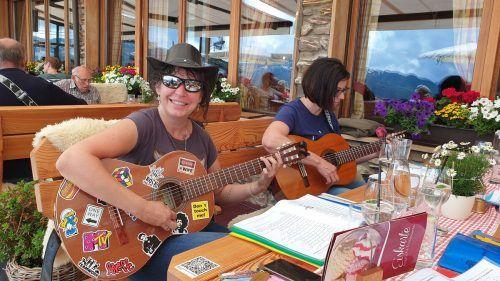 Zum traditionellen Gitarrentreffen präsentieren sich die Musikfreunde vor der Damülser Mittagsspitze.est/3
