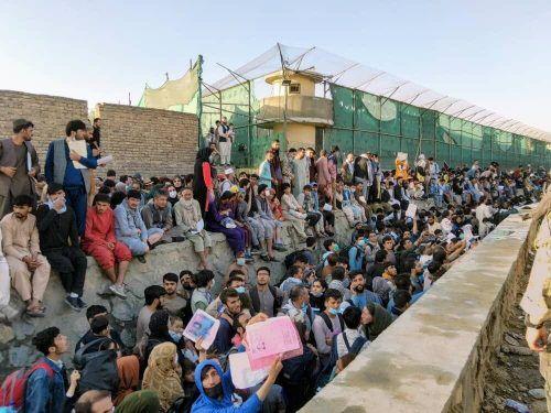 Afghanen warten vor dem Flughafen in Kabul auf einen Ausflug. Reuters