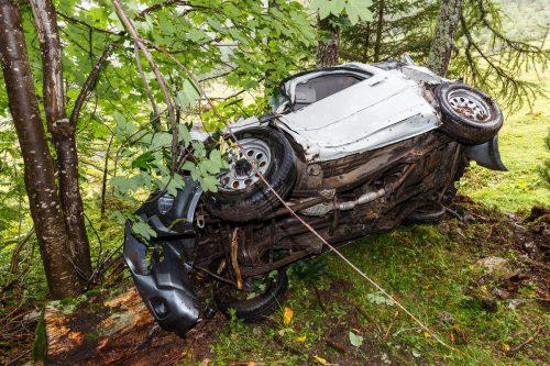 Als der Pkw über das Waldgelände abstürzte, wurde der Lenker aus dem Fahrzeug geschleudert. hofmeister