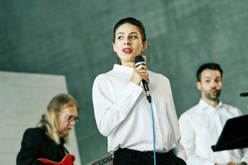 Amelie Saadia mit Lee Santana, der das Ensemble begleitete.