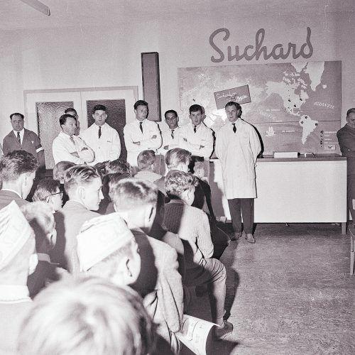 An Hand von Bildmaterial wurde den jungen Teilnehmern der Fabrikationsgang und die Herstellung von Schokolade erklärt.Oskar Spang, Stadtarchiv Bregenz