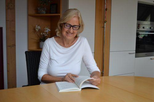 Angelika Baumann ist Vorlesepatin der Caritas Vorarlberg.Caritas