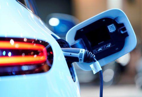 Auch Daimler hat Probleme beim Nachschub von Elektronikchips. reuters