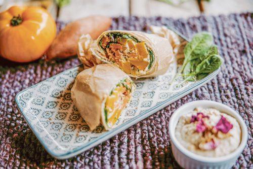 Auch perfekt zum Mitnehmen: Die Süßkartoffel-Wraps mit Hummus, Sesam, Blattspinat und Tomaten. VN/Sams