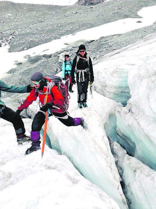 Auf dem Gletscher heißt es gut aufpassen. Deshalb wird das geübt.