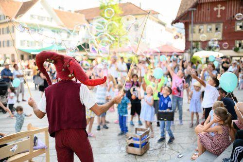 Aufführungen von Straßenkünstlern, wie hier auf dem Marktplatz, untermalten das Dornbirner Stadtfest Urbikuss.